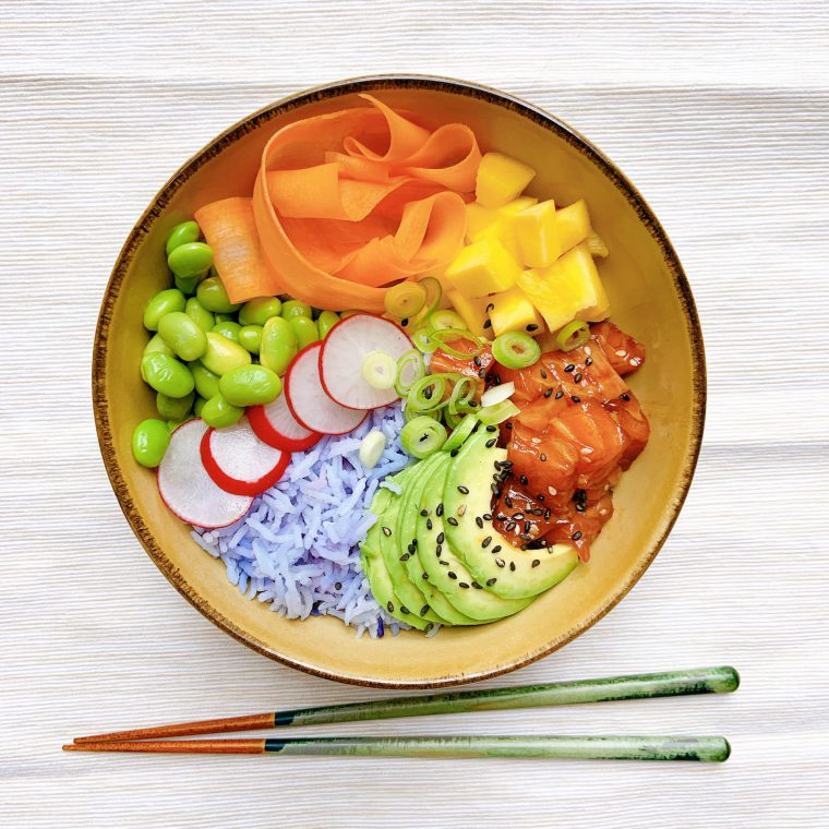 Regenboog poké bowl met zalm (+ zo maak je blauwe rijst!)