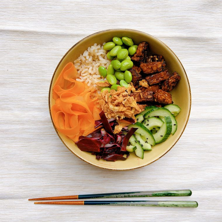 Tempeh poké bowl met pindadressing