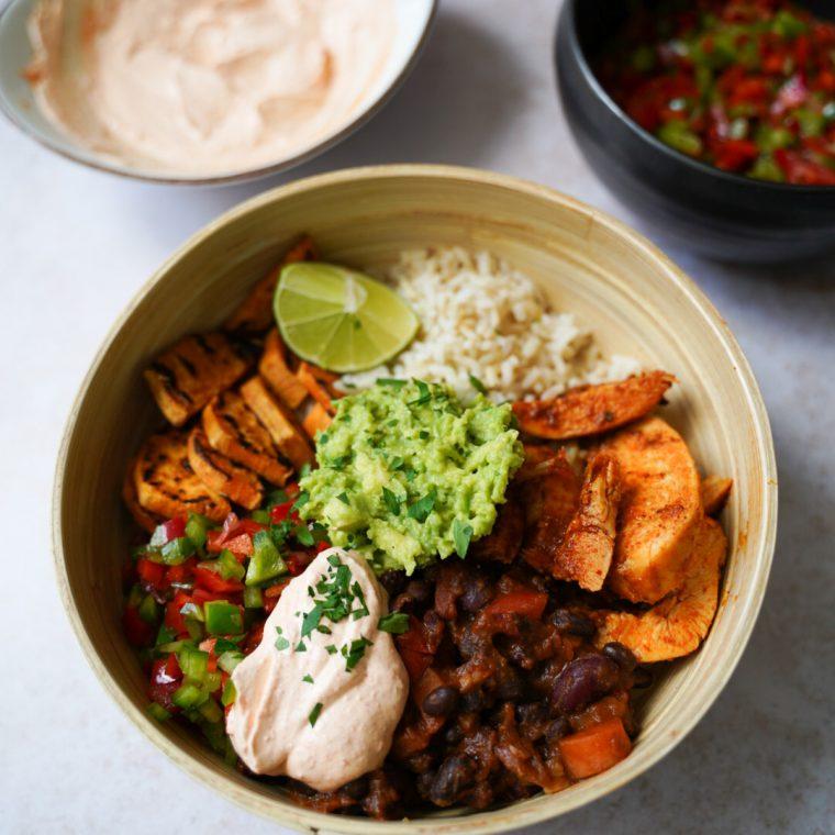 Mexicaanse Bowl met vega chili en tomatensalsa
