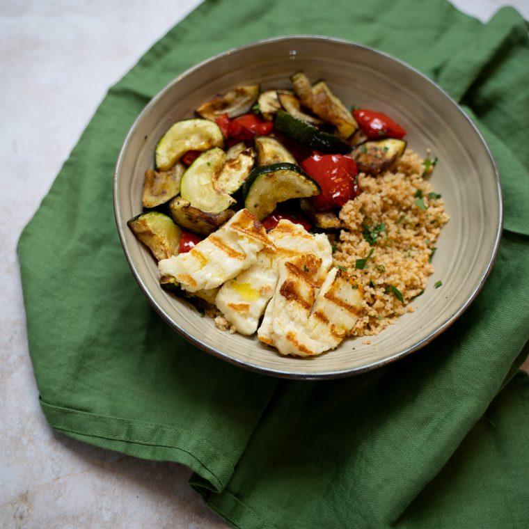 Snelle couscous bowl met gegrilde halloumi